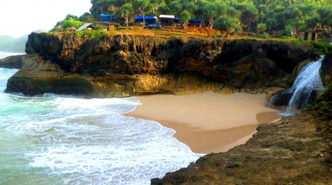 Cekungan pantai Banyutibo yang indah. (Foto : Dok.Pacitanku)
