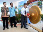 Bupati Indartato Memukul Gong Dimulainya Kuliah Perdana AKN Pacitan. (Foto : Doc Info Pacitan)