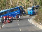 KecelakaanBus di jalur Goa Gong. (Foto : Nur Khopsun WIbowo)