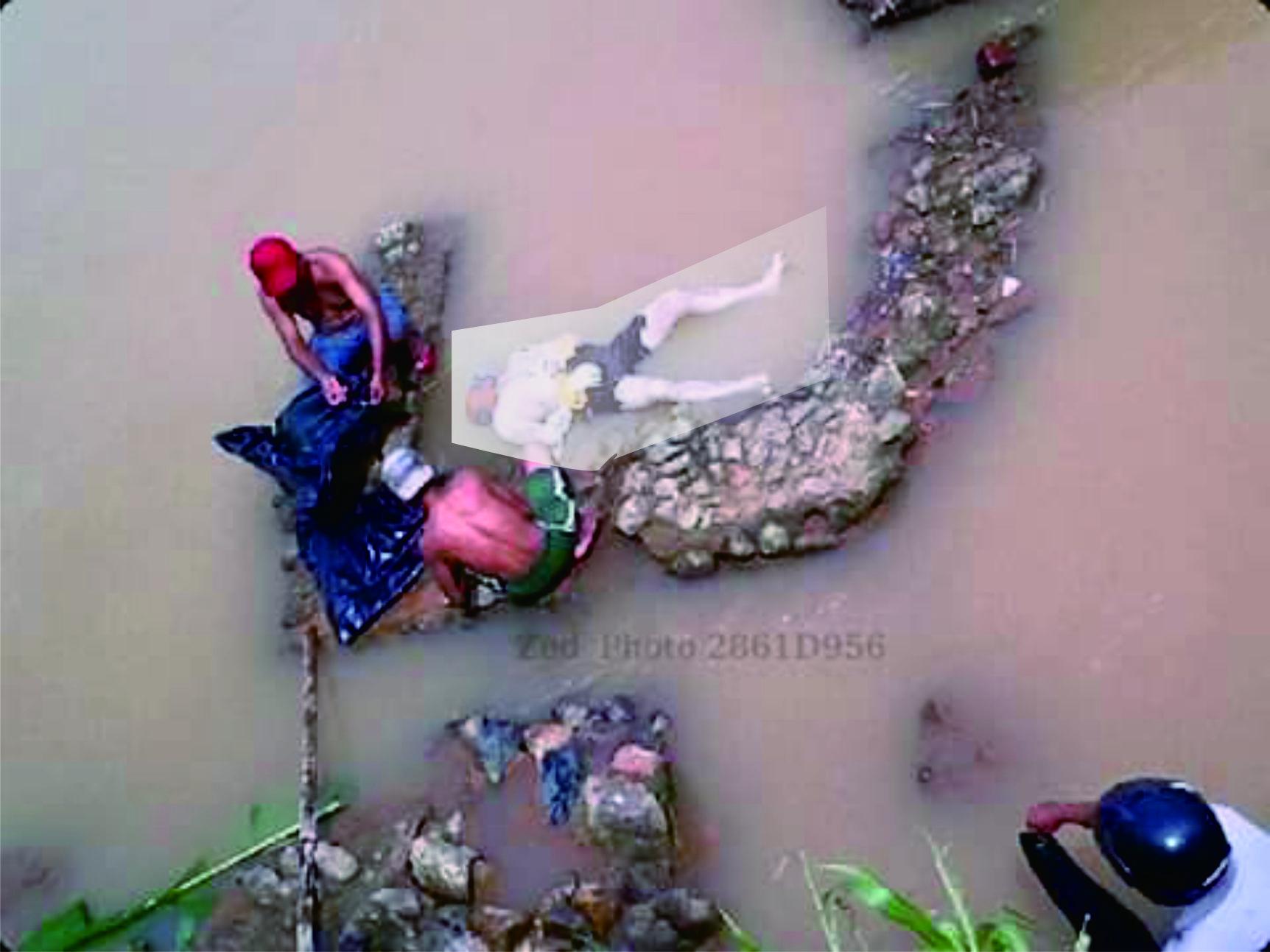 Mayat korban tenggelam selasa pekan llau ditemukan. ( Whiena Imuetz)