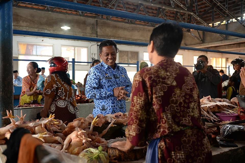 Bupati mengunjungi salah satu lapak pedagang daging ayam di pasar Minulyo. (Foto: Pekathik Kadipaten/FB)