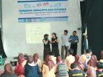 Dua perwakilan dari jurnalistik SMPN 1 Pacitan menyampaikan paparannya. (Foto: Eko Ndemin)