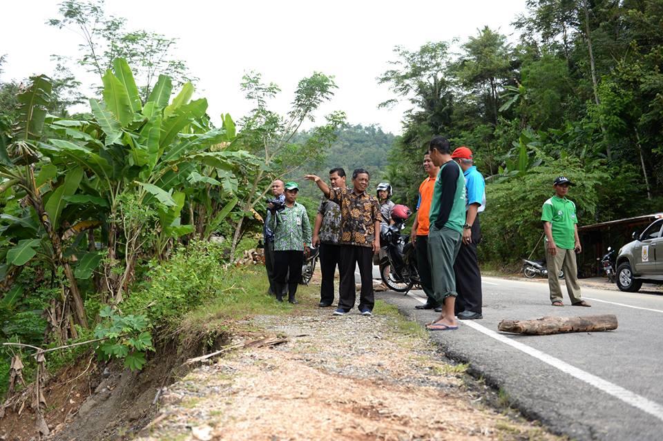 Bupati Indartato saat mengunjungi titik longsor di JLS Pacitan, beberapa waktu lalu. (Foto: Doc Info Pacitan)